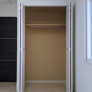 【4.7帖洋室】ハンガーパイプ付きなので洋服なども収納できます。