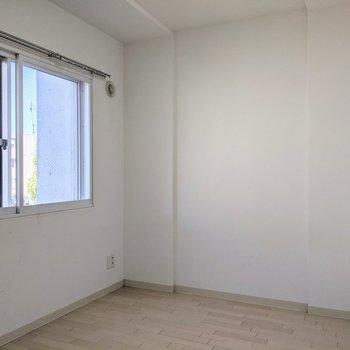 【4.7帖洋室】窓は北向き。優しい光が入ります。