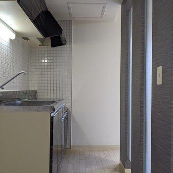 【LDK】キッチンは1人が通れる幅です。