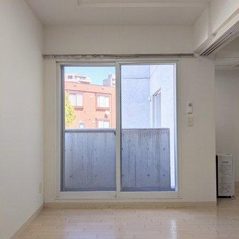 【5帖洋室】こちらの窓は東向き。午前中に日差しが入ります。