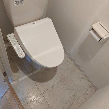 便利な温水便座付きトイレ。