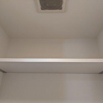 トイレ上には棚があります。トイレットペーパーなど置くことができます。