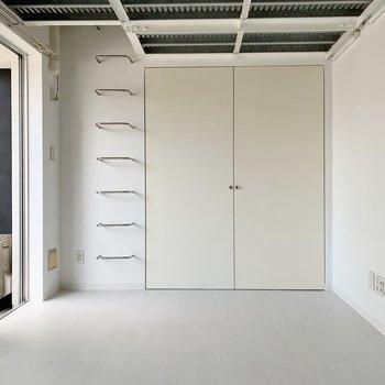 洋室は10.5帖。ソファやテレビ台などは大きめチョイスもできそう。(※写真は6階の反転間取り別部屋のものです)