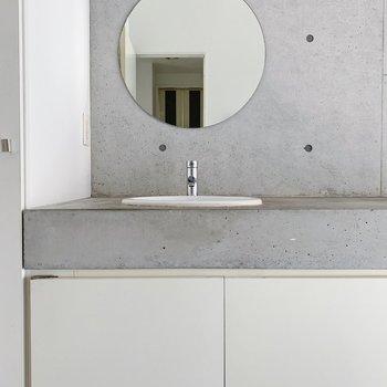 そして玄関側にはまあるいミラーの洗面台◯(※写真は6階の反転間取り別部屋のものです)