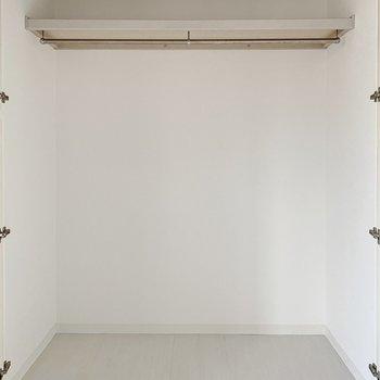 奥行き+高さもあるので服や小物、季節家電もまとめて収納できそうです。(※写真は6階の反転間取り別部屋のものです)