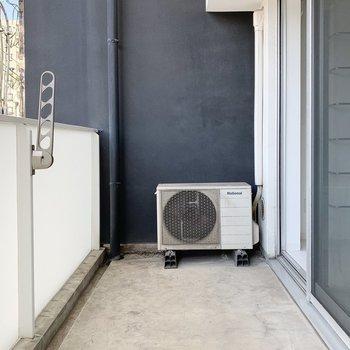 広めのバルコニーでは洗濯物を干しても十分ゆとりを確保できます。(※写真は6階の反転間取り別部屋のものです)