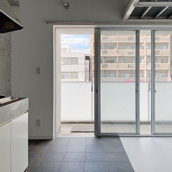ドアを開けるとこの図。大きな窓で開放的です◎(※写真は6階の反転間取り別部屋のものです)