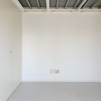 真っ白空間には、お気に入りのステッカーや写真で飾りましょう◯(※写真は6階の同間取り別部屋のものです)