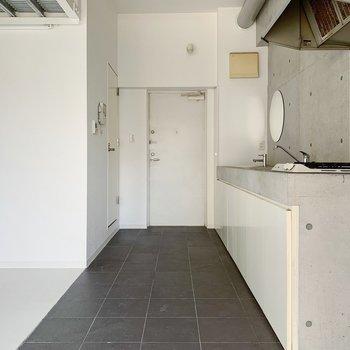 玄関からキッチンはつながっています。なんだか海外みたいでうっとり…!(※写真は6階の反転間取り別部屋のものです)
