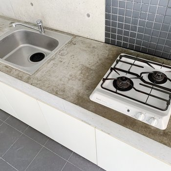 キッチンは2口コンロが斜めに設置、同時進行もお手の物ですね。(※写真は6階の同間取り別部屋のものです)