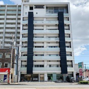 市電通りに面したマンションです。
