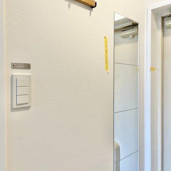姿鏡の隣には、3連フック。ストールやキャップなどを掛けておけそうです。