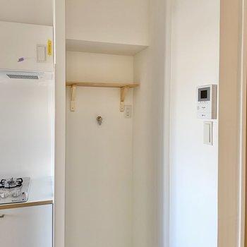 キッチンのお隣に洗濯機置場です。ブラケット棚つきで便利!