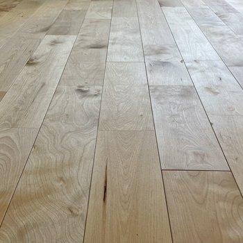 床材はバーチ。お部屋がぱっと明るくなる色味です◯