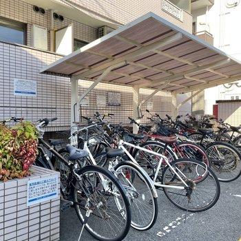 駐輪場は屋根付き。雨の日でも安心ですね!