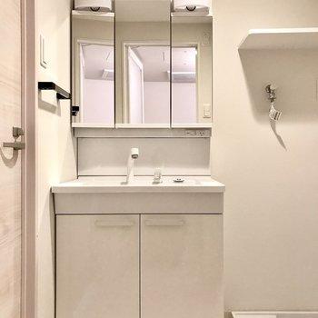 スタイリッシュな洗面台。3面鏡の裏も収納ですよ(※写真は6階の同間取り別部屋のものです)