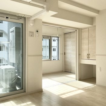 奥のまばゆい空間はベッドルーム(※写真は6階の同間取り別部屋のものです)