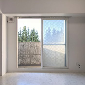 【ダイニング】窓は北向き。優しい光が入ってきます。