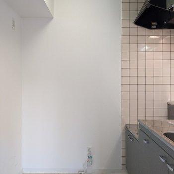 【キッチン】幅は広めです。冷蔵庫や家電は左側に置けます。