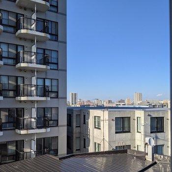 【ダイニング小窓からの景色】周辺の建物を眺めることができました。