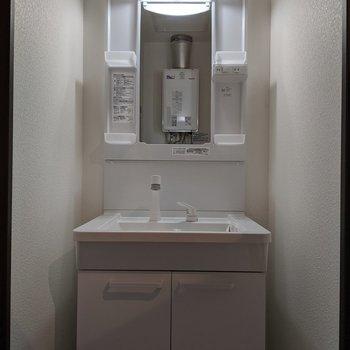 独立式洗面台なので、身支度が快適にできます。