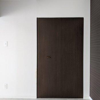 【洋室】クローゼットはこちらのお部屋にあります。