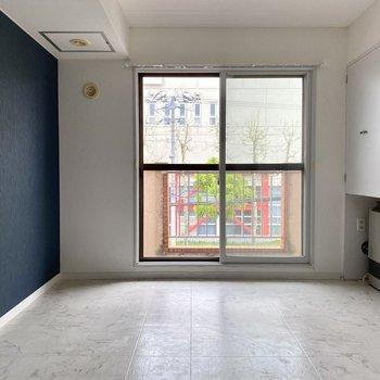 【洋室】大きめの窓があるので開放感もありますよ。