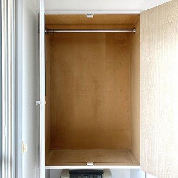 【洋室】収納はハンガーパイプ付きで、お洋服の収納に便利です。