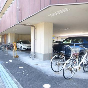 【共用部】駐輪場は横にズラーっと並べていくタイプ。