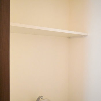 ワイドな棚板付き。