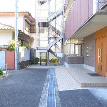 【共用部】マンションの入り口は、大通り側とは反対です。