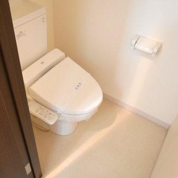 トイレもさらりとしたホワイト。