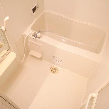 お風呂はシンプル。浴室乾燥機付きです。