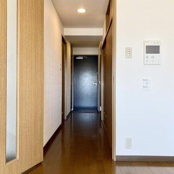 廊下向かって左に脱衣所。右にトイレと収納スペース。