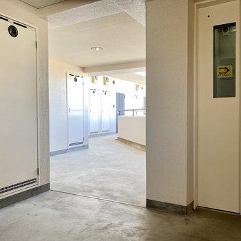 共用廊下はゆったり。エレベーターに近めのお部屋です。
