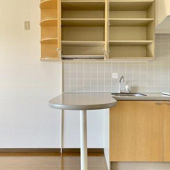 収納力◎オープン収納にはお気に入りのカップやグリーンを。