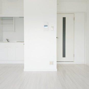 モニター付きインターホンが安心感◎キッチンは奥にあるので生活感が出すぎません。(※写真は8階の反転間取り別部屋のものです)