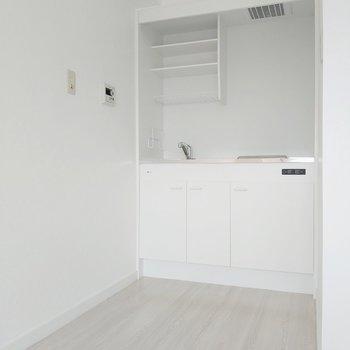 キッチン横に冷蔵庫も置けます。(※写真は8階の反転間取り別部屋のものです)