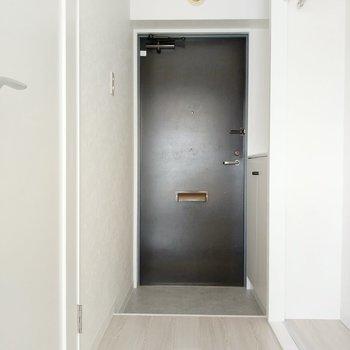 玄関前にスペースがあるので出入りもしやすい!(※写真は8階の反転間取り別部屋のものです)