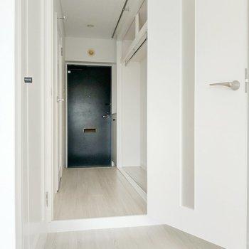 クローゼットは廊下にありましや!カーテンで仕切ってもいいし、オープン収納もあり◎(※写真は8階の反転間取り別部屋のものです)
