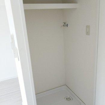 扉横の扉、クローゼットと思いきや洗濯機置場!大きめを置けるし、隠せるのでスッキリしますね。(※写真は8階の反転間取り別部屋のものです)