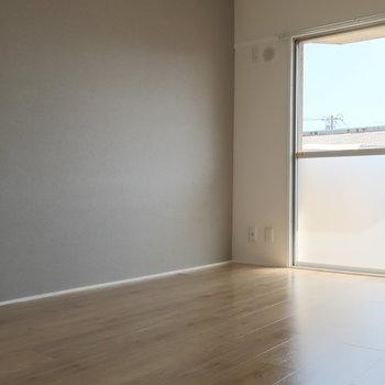 向かって左側の洋室、こちらは淡いグレーの壁紙が落ち着きます