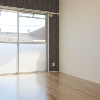 向かって右側の洋室、明るい日差しが差し込みます