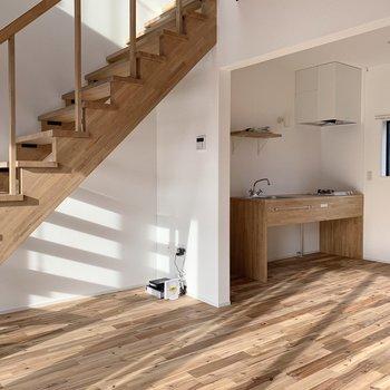 【1階】ダイニングテーブルやソファを置いてもゆとりある広い空間。