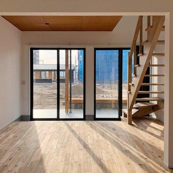 【1階】南向きに大きな窓で、夜までしっかり明るいんです◯