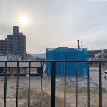 お向かいにも新しい住居が建設中。開けてて、気持ち良いです◯