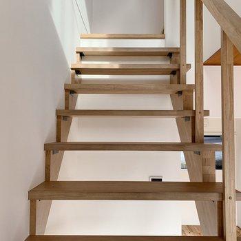 ではでは、2階へ。階段ももちろん無垢です◯