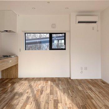 【1階】くるっと反対を向くと、右奥にキッチンです。