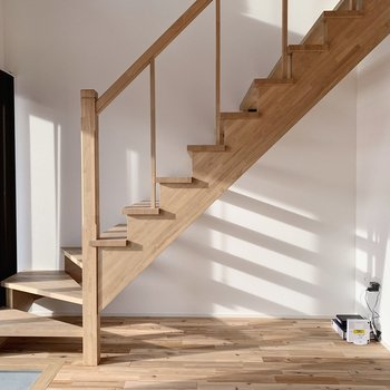 【1階】階段下もラックなど置けちゃうスペースあり。