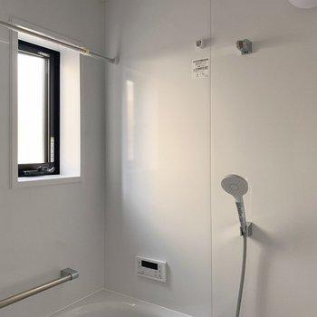 小窓つきで明るいし、換気もサクッと!浴室乾燥機能もついてます!